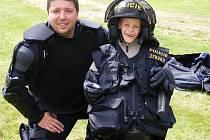 """Výstroj """"těžkooděnců""""  si často na vlastní kůži mohou vyzkoušet i děti na letních táborech, kde policisté dělají ukázky. Snímkem se vracíme k letnímu táboru v Číměři."""