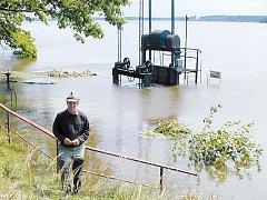 VZPOMÍNKY. Fotografie z roku 2002 zachycuje Jana Hůdu u zatopených stavidel na hrázi rybníka Rožmberk.
