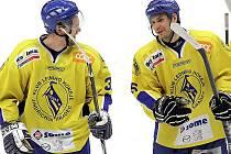 Obránci hokejového Vajgaru Robert Procházka (vlevo) a Ondřej Chmel.