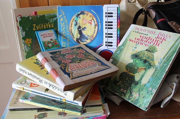 V redakci Jindřichohradeckého deníku přibývají kabelky, dětské knihy i bižuterie, které darujete v rámci Kabelkového veletrhu.