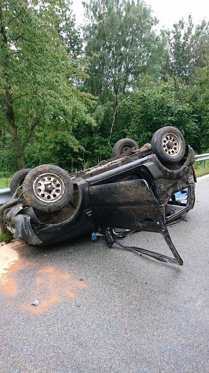 Tragická nehoda u Lomů na Jindřichohradecku 5. 8. 2021. V převráceném vozidle zemřel řidič.