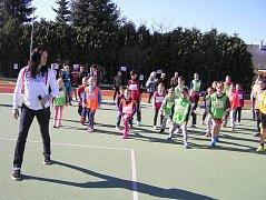 Za dětmi z českovelenické školy přijela mistryně světa a bronzová olympionička Šárka Kašpárková.