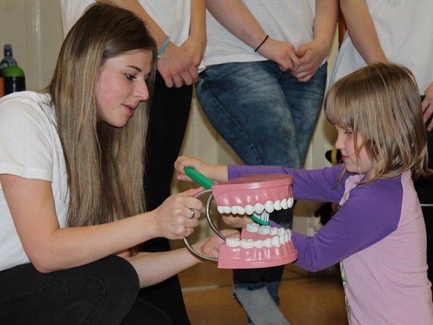 Studenti zdrávky učí děti v 1. mateřské škole v Jindřichově Hradci, jak správně pečovat o zoubky.