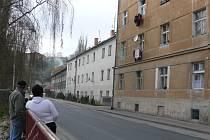 Pohled na dům zvaný Fišlovka v táborské Lužnické ulici, kam ve středu vtrhlo ozbrojené policejní komando.