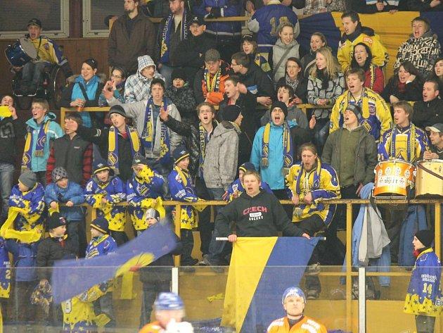 Jindřichohradecké hokejisty během celého střetnutí neúnavně povzbuzoval fan club Vajgaru, který strhl i další diváky, takže na stadionu panovala báječná atmosféra.
