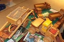 Stará radnice láká na zimní obrázky i dřevěné hračky.