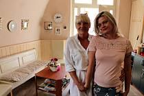 Práci kadeřnice se Marie Čaloudová věnuje už 46 let. Na snímku je s její kolegyní Alenou Dvořákovou.