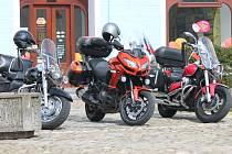 Motorkáři mohou své stroje nechávat na parkovacích místech pro auta.