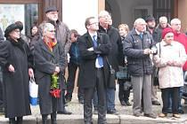 ODHALENÍ DESKY na rodném domě v Dačicích se zúčastnily osobně  i dcery politického vězně Františka Valeny (na snímku vlevo). Vpravo od nich stojí dačický rodák, zastupitel a historik  Michal Stehlík, který se  věnuje hlavně novodobé historii.