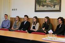 V úterý se sešli členové hradeckého Parlamentu mládeže s devíti zastupiteli města, kterým představili svoje návrhy a nápady na to, co by se v Hradci dalo zlepšit.