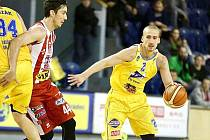 Srbský rozehrávač Basket Fio banky Edi Sinadinovič.