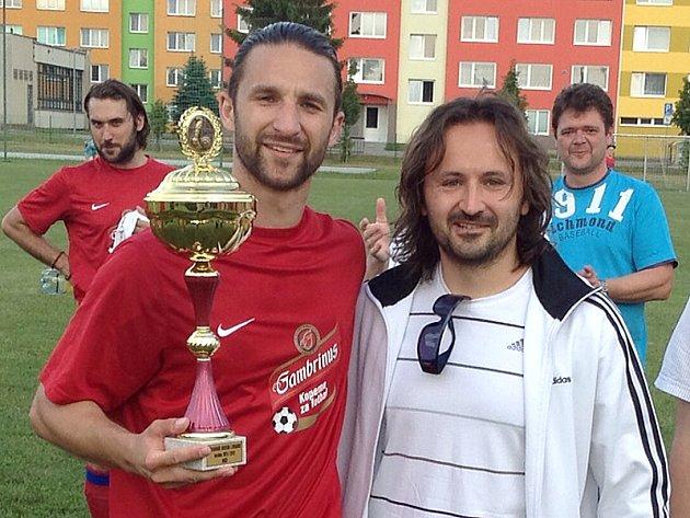 Velenický kapitán František Dvořák převzal pohár za vítězství v okresním přeboru od předsedy OFS Marka Janíčka.