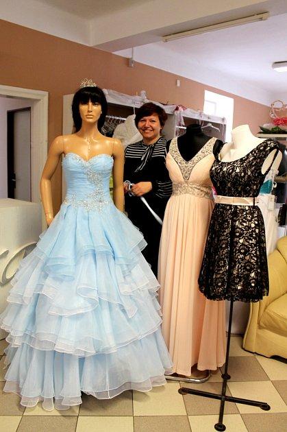 ŠATY na ples si mnoho lidí půjčuje. V jindřichohradeckém Svatebním salonu Sára s výběrem dobře poradí Petra Boukalová, která ukazuje plesové šaty od honosné róby, přes jednoduché jemné elegantní šaty, které jsou letos velmi žádané, až po krátký model.