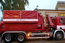 Konvoj s mobilní čerpací stanicí na pomoc záplavami postižené Moravě vyjížděl ve středu večer z jindřichohradecké požární stanice.