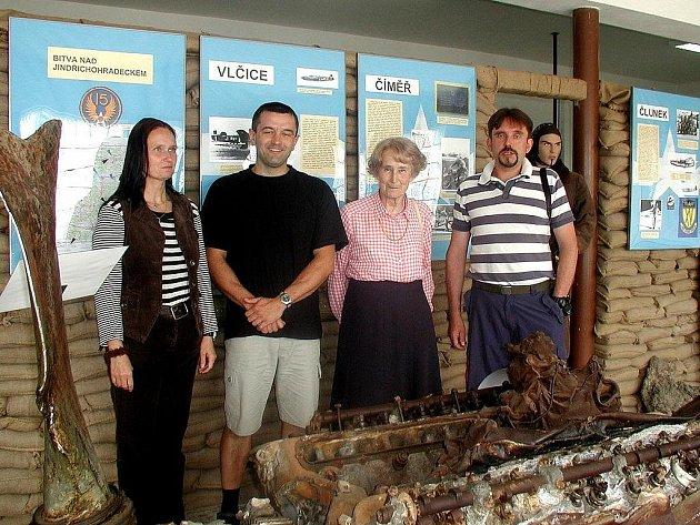 Aviatickou expozici Leteckého muzea navštívila Hana Ludikarová z Anglie (uprostřed), manželka válečného letce 311. čs. bombardovací perutě RAF.