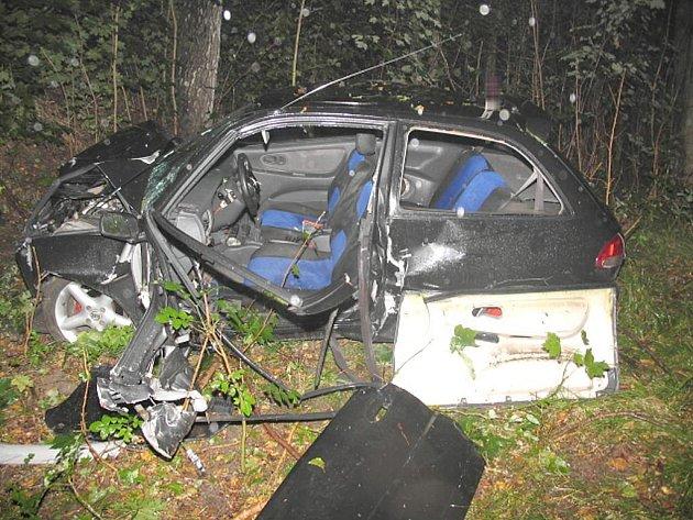 Pohled na auto zdemolované po nárazu do stromu u Jindřiše.