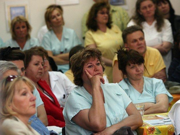 Bouřlivé jednání zaměstnanců dačické nemocnice se zástupci kraje a radnice.