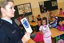 Hned od začátku se prvňáci seznamují s nástrahami, které na ně mohou číhat při cestě do školy. Proto policie připravila přednášky. Na snímku je 1. základní škola v J. Hradci.