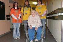 Do třeboňského domu pro seniory dochází také pomáhat žákyně oboru provoz služeb.