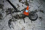 Kriminalisté vyšetřují okolnosti čelního střetu malé motorky s osobním vozidlem.