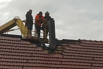 Dobrovolní hasiči z Českého Rudolce, Slavonic a profesionálové z Dačic v sobotu odpoledne zasahovali v Nové Vsi u požáru krovu od komína.
