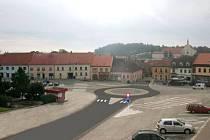 KRUHOVÝ OBJEZD na Palackého náměstí v Dačicích by opět nabyl aktuálnosti, pokud by se nevybudoval obchvat. Nevyřešil by však problém těžké nákladní dopravy v centru.