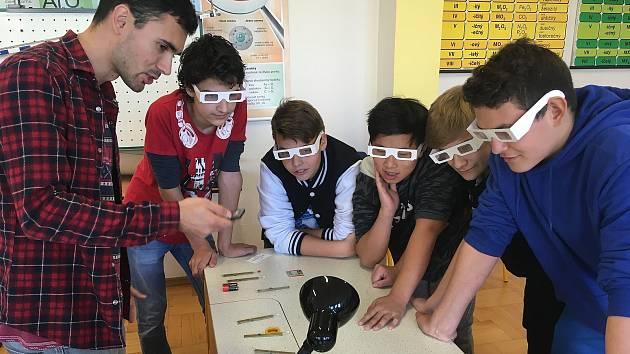 Žáci 4. ZŠ vzali fyziku do vlastních rukou.