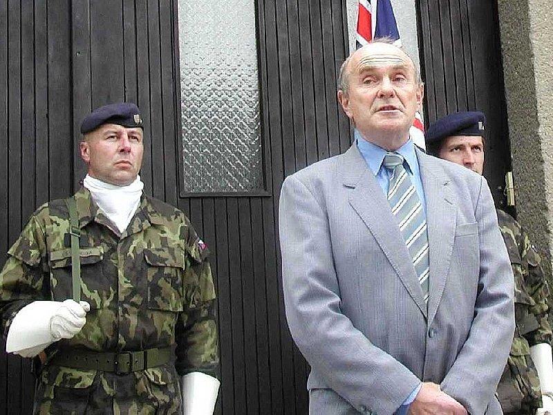 VZPOMÍNKA. Starosta Dačic Rudolf Hájek při úvodním proslovu před odhalením pamětní desky.