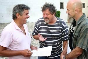 Antonín Kaška při zkoušce rozmarného léta s kolegou Josefem Nechutným a jindřichohradeckým ochotníkem Pavlem Körnerem.