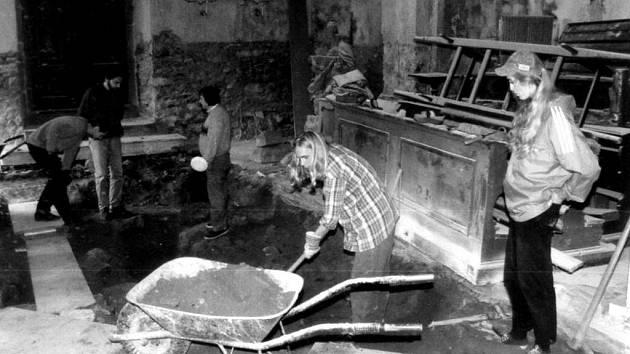 Již historický snímek z výzkumu v novobystřickém kostele sv. Petra a Pavla v létě roku 1997.