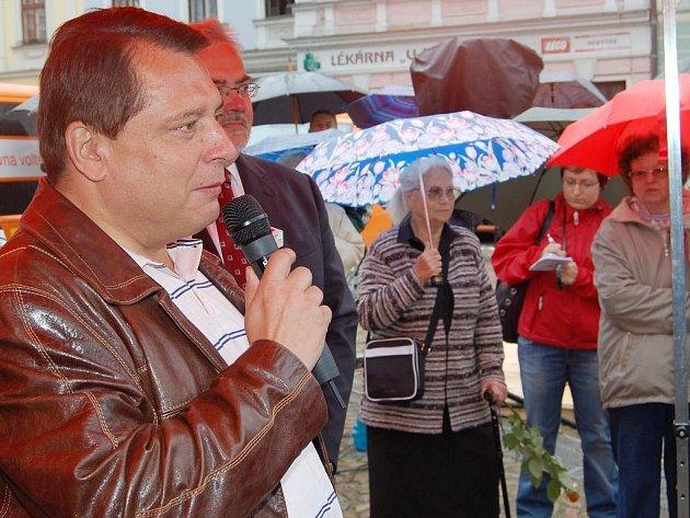 Jiří Paroubek v deštivém dopoledni v Jindřichově Hradci.