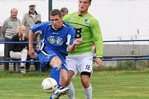 Po vleklém zranění se v dresu Jiskry po delší době představil v mistrovském utkání i útočník Ondřej Hačka (vlevo, v souboji s Prázdným).