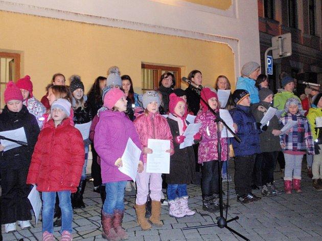 V Lomnici si přišlo k vánočnímu stromu zazpívat dvě stě lidí.