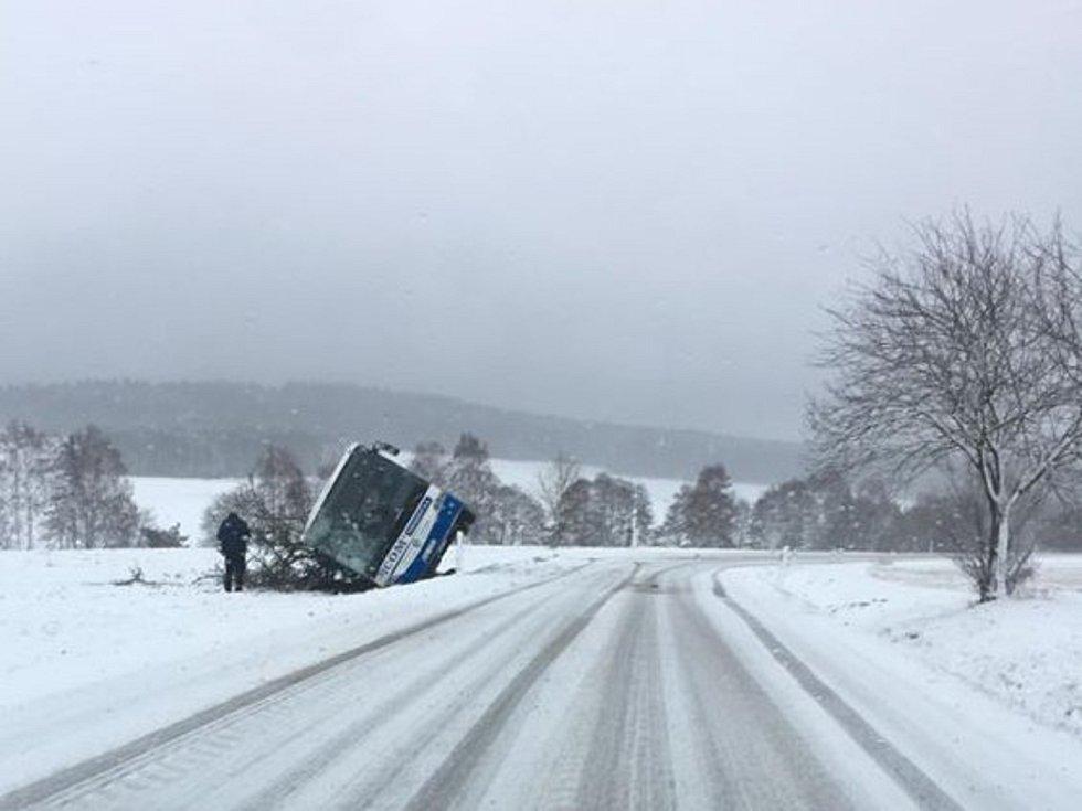 Autobus se převrátil v kopci nad Deštnou.