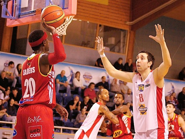 Basketbalisté Lions ve své hale zdolali Pardubice 91:84.