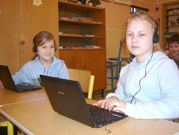 ŽÁKYNĚ 4. ročníku Kateřina Kopřivová a Adéla Solařová se již s novými učebními pomůckami naučily spolupracovat a stejně jako ostatní žáci z Velké Lhoty je s oblibou využívají.