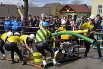 PRVNÍ LETOŠNÍ SOUTĚŽ v požárním sportu na Jindřichohradecku se konala o Velikonocích ve Zdešově. Na snímku je družstvo z Markvarce, kde se koná závod již nadcházející sobotu.