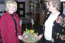 Zakladatelka Třeboňského dámského klubu Herma Procházková (vlevo) s Jaroslavou Kolíkovou s ukázkou velikonoční dekorace.