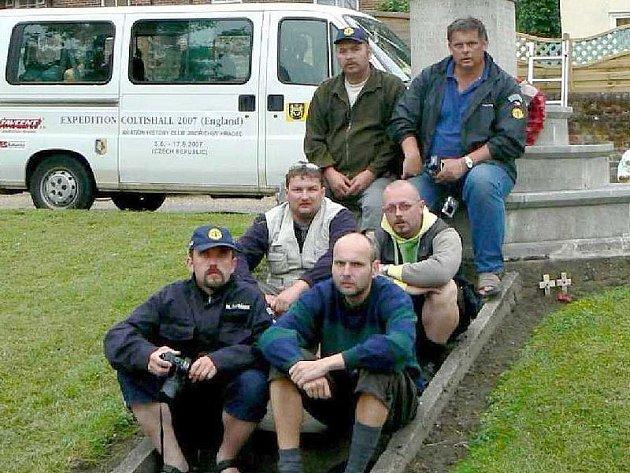 Tým předchozí expedice v roce 2007 po náročném přejezdu Anglií z Cosfordu do Coltishall. (Dolní řada zleva): Michael Šafránek, Aleš Hazuka; (střední řada): Radek Novák, Dan Branda; (horní řada): Jiří Růžička, Vladimír Vondrka.