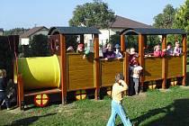 Děti z mateřské školky v Nové Včelnici jsou ze zbrusu nových prolézaček nadšené. Velké oblibě se těší i mašinka s vagónem. Děti se mohou  vydovádět  také na houpačkách, skluzavce či hrazdičkách.