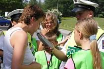 Děti v Jindřichově Hradci v rámci preventivní policejní akce  Jezdíme s úsměvem do ZOO rozdávaly řidičům odměny.
