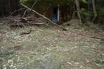Kamen u Ovčárny, kde jsou vytesány  pravděpodobně iniciály osádky bunkru a datum.