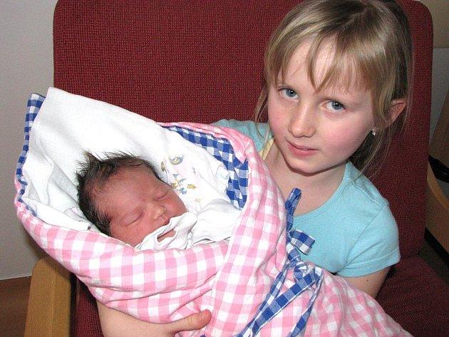 Ella Korunková ze Suchdola nad Lužnicí se narodila 26. ledna 2011 Petře Korčákové a Slavomíru Korunkovi. Vážila 3600 gramů. Na snímku je se sestrou Karolínou.