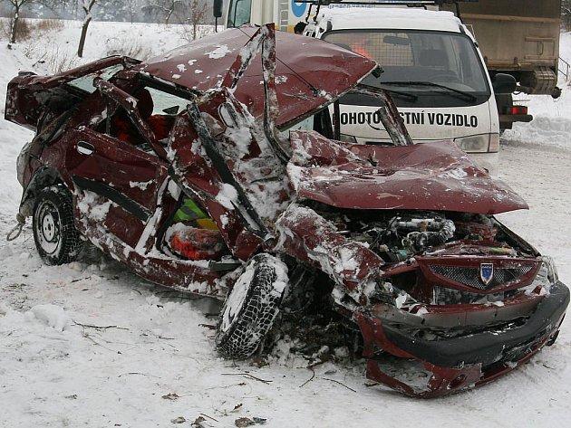 Pohled na zdemolované auto po srážce s vlakem u Třeboně.