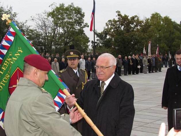 Prezident Václav Klaus propůjčil 44. lehkému motorizovanému praporu v Jindřichově Hradci bojový prapor. Na snímku ho přebírá velitel útvaru Roman Náhončík.