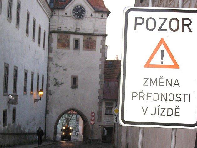 Přechodná dopravní značka upozorňuje na změnu přednosti, která se týká Nežárecké brány v Jindřichově Hradci.