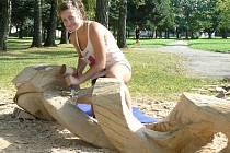 ANNA DOSTÁLOVÁ byla jediná ženská účastnice Letního řezbářského sympózia v Nové Bystřici. Pětice řezbářů přilákala hodně zvědavců z řad místních občanů i turistů.