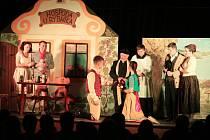 Divadelní hra Vodníci v Řečici se divákům v Deštné moc líbila.