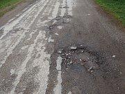 Rozbitá silnice.