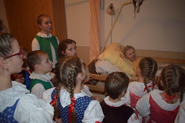 Děti zlomnických sborů navštívily paní Růženku.